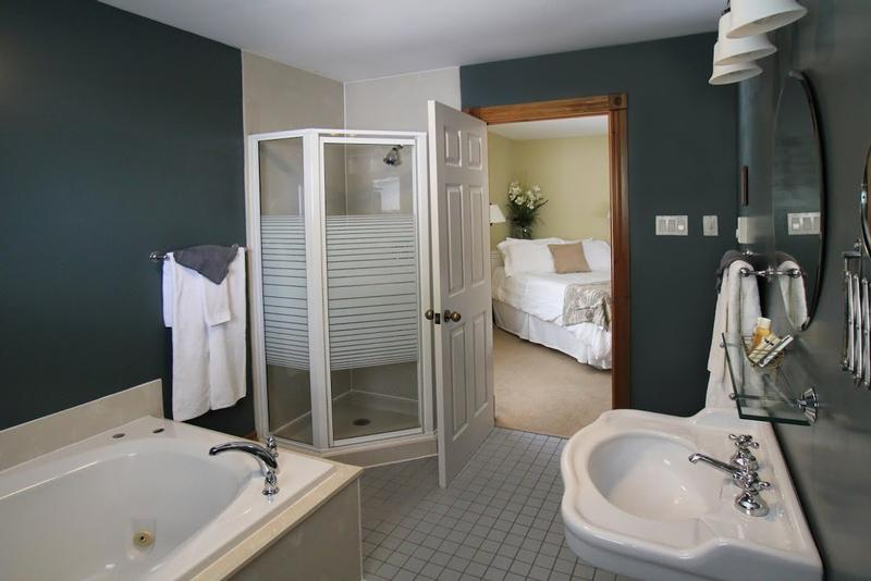 Luxury Suites Sanderson (Room #202) Bathroom